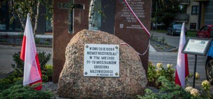 Pomnik ku pamięci rozstrzelanych grodziszczan odsłonięty [FOTO]