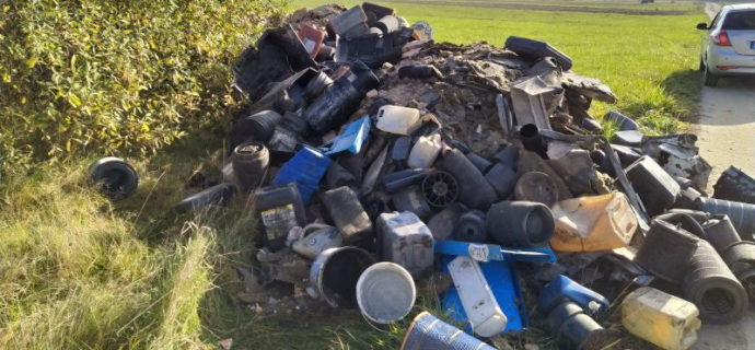 Ktoś wyrzucił odpady przy drodze. Sprawca poszukiwany