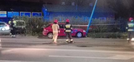 Honda uderzyła w słup na Żyrardowskiej