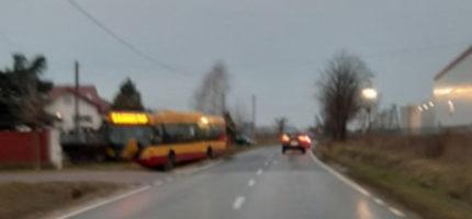 Kolizja w Wólce Grodziskiej. Autobus w ogrodzeniu