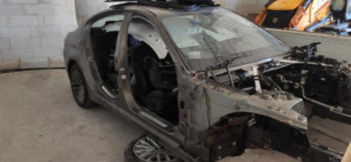 Skradzione pojazdy trzymali w hali magazynowej