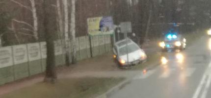 Poranna kolizja w Maryninie, samochód w rowie