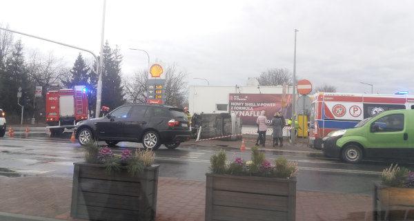 Kolizja w Grodzisku, volkswagen wylądował na boku [FOTO]