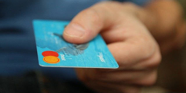 Płacili za alkohol znalezioną kartą płatniczą