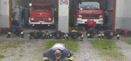 Strażacy odpowiedzieli na wyzwanie w szczytnym celu [WIDEO]